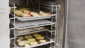 おいしさと香りを封じ込め食の安全性を確保する急速冷却器「ブラストチラー」とは?